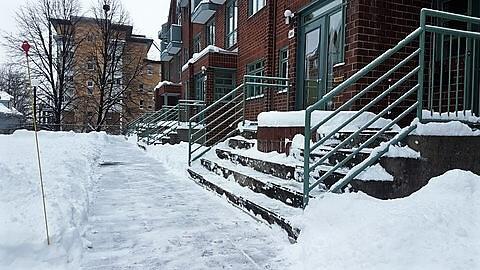 SDQ Déneigement des portes d'un immeuble à condos dans la ville de Québec